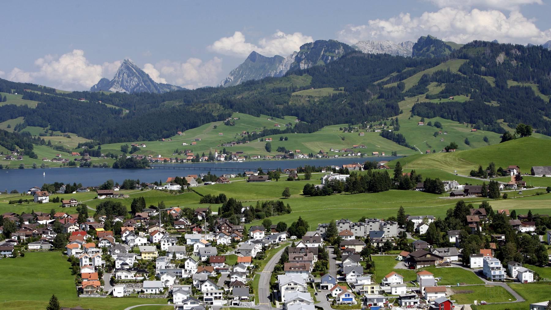 Beim Wandern nach Einsiedeln sieht man das wunderschöne Alpenpanorama.