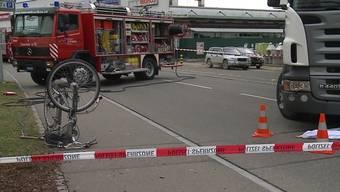 In Bremgarten geriet am Mittwochnachmittag eine Velofahrerin unter einen Lastwagen. Die Rentnerin wurde eingeklemmt und schwer verletzt
