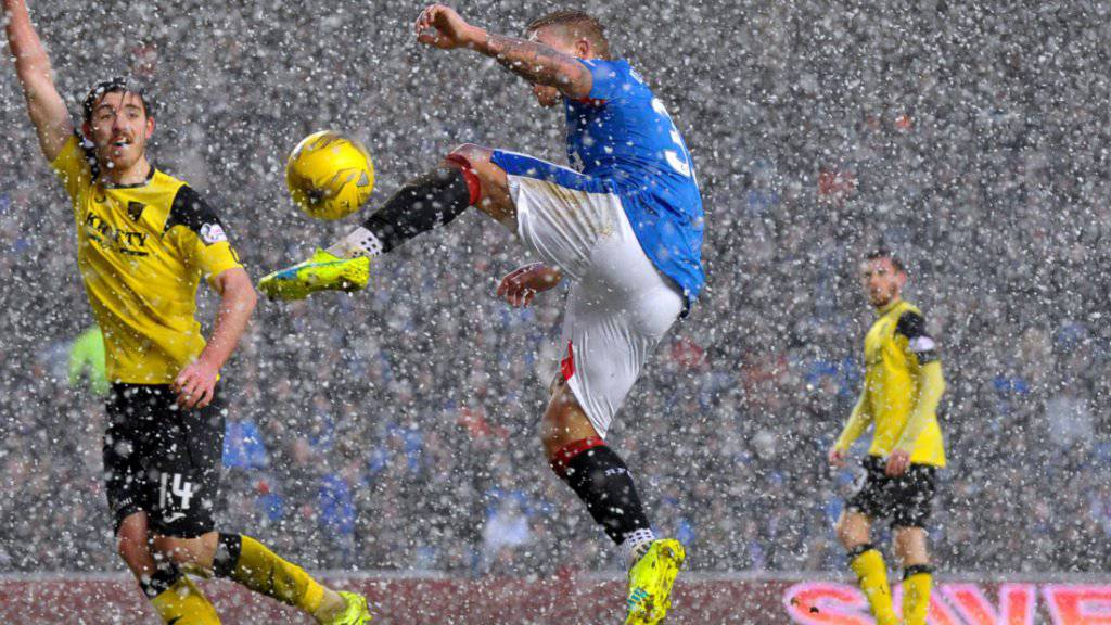 Die Glasgow Rangers (im Bild Martyn Waghorn am Ball) blamierten sich in der ersten Qualifikationsrunde der Europa League und schieden in Luxemburg aus
