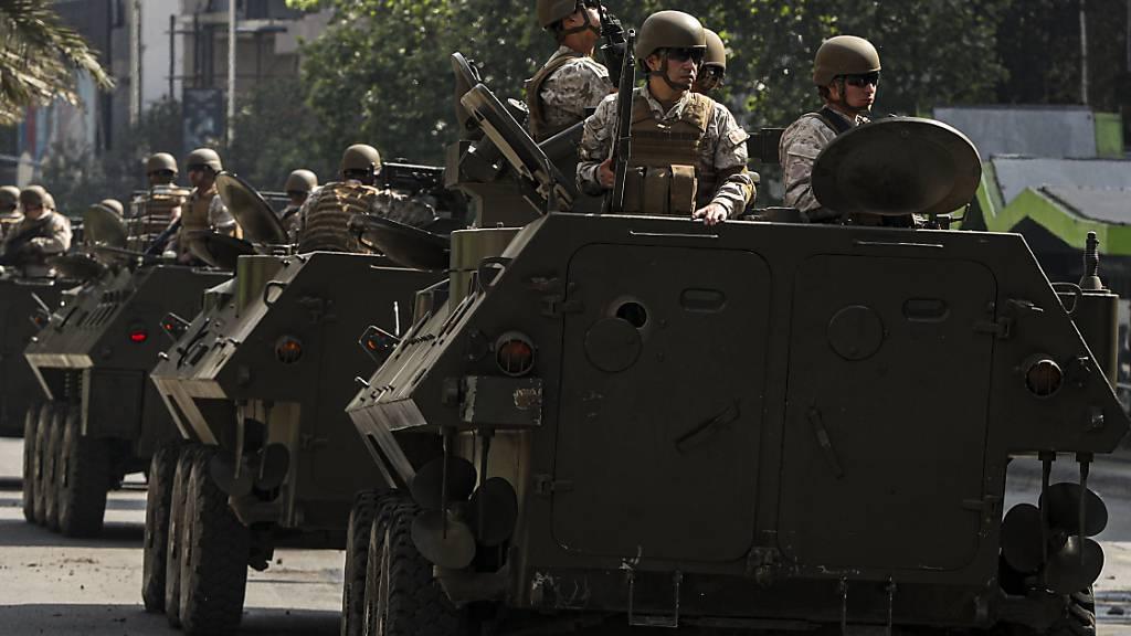 Nach erneuten schweren Ausschreitungen und Brandanschlägen auf U-Bahnstationen patrouilliert am Samstag das chilenische Militär in den Strassen der Hauptstadt Santiago.