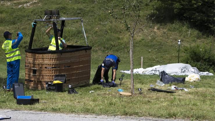 Polizisten untersuchen den Korb des abgestürzten Ballons.