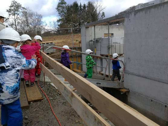 Dann geht es runter in die Baugrube. Bereits nach den Sommerferien soll der Kindergarten bezugsbereit sein.