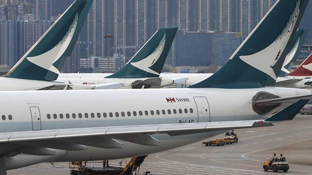 Die Fluggesellschaft Cathay Pacific mit Sitz in Hongkong steuert wegen der Coronavirus-Epidemie auf tiefrote Zahlen zu. (Archiv)