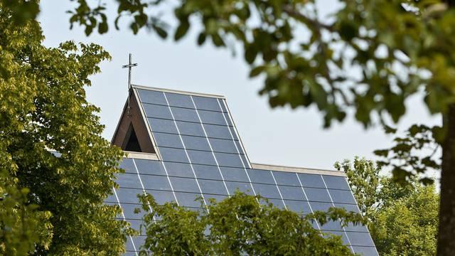 Umweltthemen beschäftigen Schweizer am meisten: Solarzellen auf einem Kirchendach in St. Gallen (Archiv)
