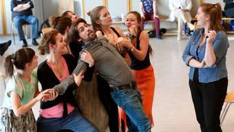 Melanie Wurzer (rechts) amüsiert sich darüber, wie ihr Duettpartner, Fabio De Giacomi, als Marchese in den Armen des Balletts landet.