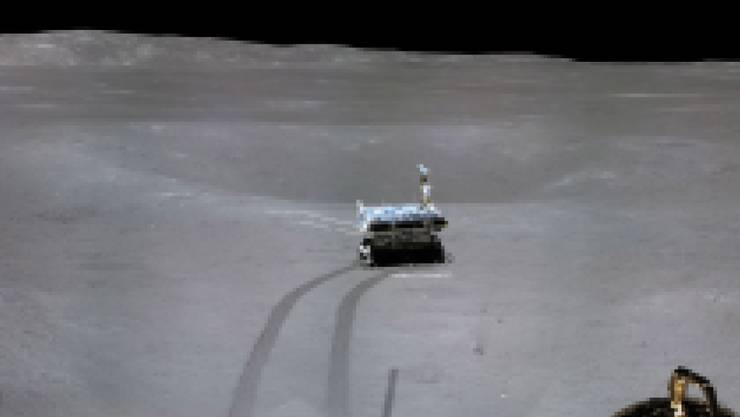 """Auf dem ersten Panoramabild der chinesischen Raumfahrtmission auf der erdabgewandten Mondseite sind die graue Mondlandschaft und die Spuren des Mondgefährts """"Yutu-2"""" zu sehen."""