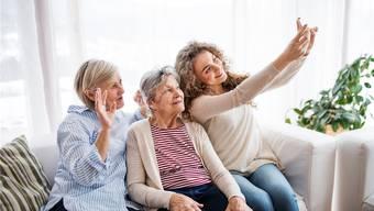 Es gehört schon bald zum Alltag, dass Senioren im dritten Lebensalter ihre betagten Eltern mitbetreuen, die bereits das vierte Lebensalter erreicht haben und Unterstützung brauchen. Symbolbild