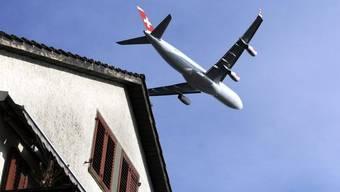 Ein Flugzeug im Landeanflug auf den Flughafen Zürich (Archiv)