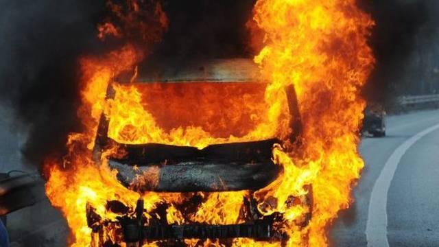 Gestohlen und dann angezündet: Jugendliche fackeln in Biel ein Auto ab (Symbolbild)
