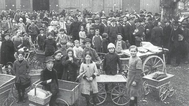 Kartoffelabgabe auf der Schützenmatte in Olten: Frauen und Kinder bekamen die Not sehr zu spüren.