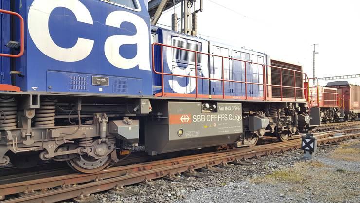Hydraulisch wird der entgleiste Zug wieder auf die Schienen gehoben.