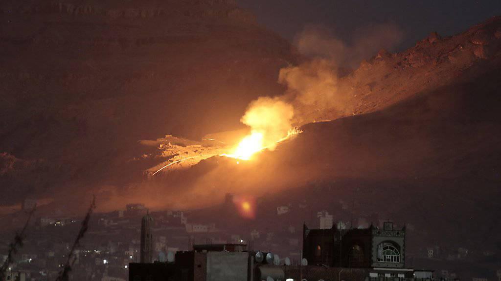 Luftangriff ausserhalb von Jemens Hauptstadt Sanaa: Ab Dienstag sollen die Waffen schweigen.