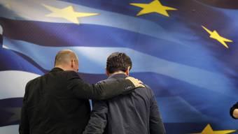 Der alte und der neue Finanzminister: Varoufakis und Tsakalotos bei der Amtsübergabe-Zeremonie in Athen am Montag.