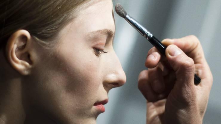 Für Kosmetik-Artikel zahlen Schweizerinnen und Schweizer 70 Prozent mehr als Konsumenten in Deutschland.