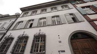 Die Uni Basel unterstützt die Förderung von Frauen. Dennoch übergeht die theologische Fakultät 10 weibliche Bewerbungen und beschäftigt weiterhin nur Männer als Professoren.