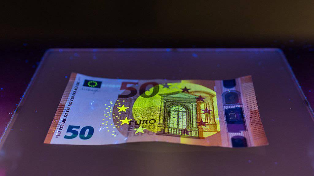 Unter Schwarzlicht sind die Sicherheitsmerkmale der neuen 50-Euro-Note deutlich sichtbar. Wegen veralteter Software haben einige Geldschein-Scanner in Amsterdam aber die Note als Falschgeld betrachtet.