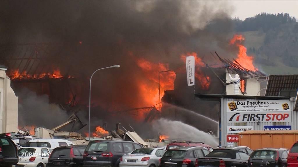 Brand in ehemaliger Hinwiler Traktorenfirma: Rauchsäule kilometerweit zu sehen