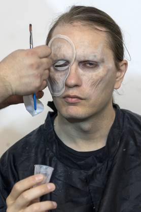 Gabriele Garavaglia wird in einen Zombie verwandelt für sein Werk «Inner Resitance».