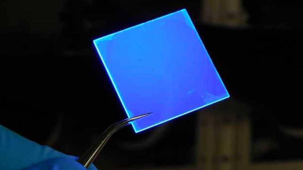 ETH-Forschende beschichteten eine Glasplatte mit mehreren Schichten extrem dünner Halbleiter-Nanoplättchen, getrennt durch eine Isolierschicht. Mit UV-Licht beschienen, sendet die Scheibe blaues Licht aus - und das energieeffizienter als die herkömmliche QLED-Technologie.
