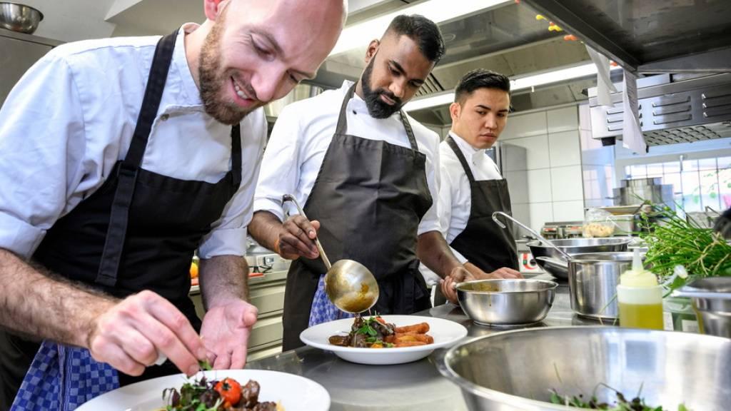 Nicht überall ist das Zusammenwirken von Angehörigen verschiedener Herkunft so harmonisch wie in dieser Küche: Ein Drittel der Schweizer Wohnbevölkerung fühlt sich von Angehörigen fremder Kulturen «gestört». Das hat sich seit 2018 kaum gebessert. Gewalt gegen Fremde nimmt sogar zu (Symbolbild).