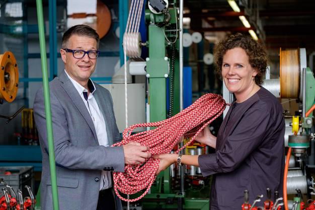 Rolf Schmid, noch CEO von Mammut AG, übergibt Christine von Arx, Leiterin Museum Burghalde Lenzburg das letzte Seil.