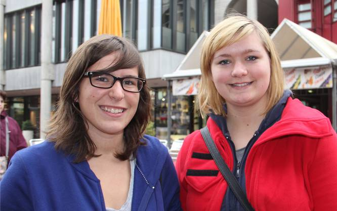«Ich war mal im Campus-Restaurant zu Mittag essen, und fand die Atmosphäre irgendwie komisch. Ich habe mich als Nicht-Studentin ein wenig ausgeschlossen gefühlt.» Franziska, 17, Stetten (rechts) mit Nadia, 17, Stetten