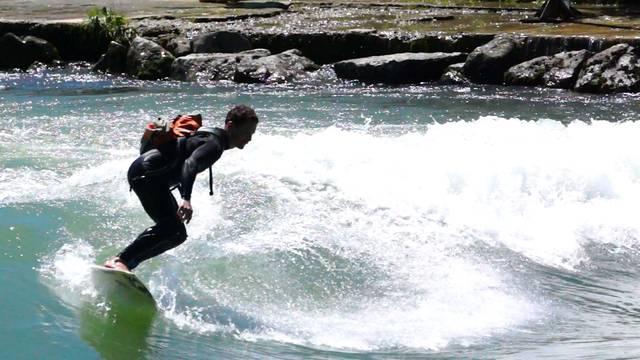 Mittwochnachmittag: Surfer reiten auf der Reuss-Welle beim Honeggerwehr in Bremgarten.