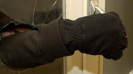 Die Polizisten fanden Einbruchswerkzeug im Auto der Verdächtigen. (Symbolbild)