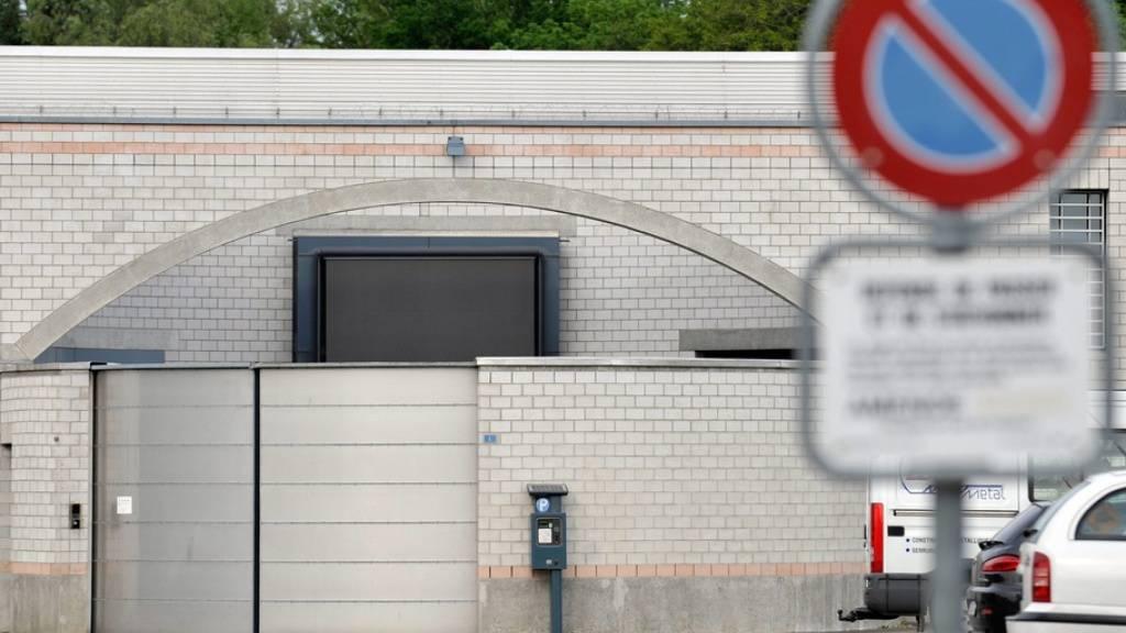 Der Eingang des Gefängnisses La Tuilière in Lonay VD. Hier war der Angeklagte als Vollzugsbeamter und Küchenchef tätig. (Archivbild)