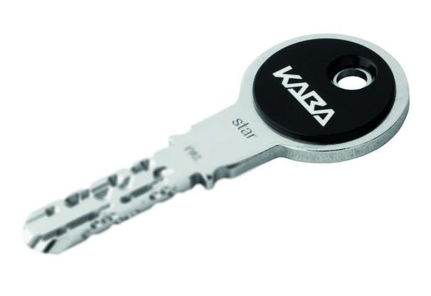 Unseren Haustürschlüssel haben wir tagtäglich in der Hand, und wohl jeder weiss auch, wie sich der vordere Teil des Schlüssels nennt, der ins Schloss gesteckt wird: «Schlüsselbart», klar. Doch wie heisst der hintere Bereich, der zum Anfassen? Beim Schlüssel für moderne Schliesszylinder sagt man heute auch gerne schlicht und einfach nur «Kopf», eigentlich heisst dieser Teil des Schlüssels aber «Räute», und das hat seinen Grund. Die Schlüsselgriffe waren im Mittelalter nämlich noch rautenförmig, also in Form einer Raute ausgearbeitet. Im Mittelhochdeutschen nannte sich dieses verschobene Viereck noch «rute», woraus sprachgeschichtlich die neuhochdeutsche Raute wurde und beim Schlüssel sogar die «Räute». Die heute typische Ringform kam erst später auf.