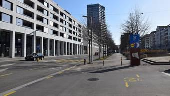 Auf der Heimstrasse ist es zu eng für Velofahrer: Dass sie das Trottoir benützen dürfen, macht ein Piktogramm deutlich.