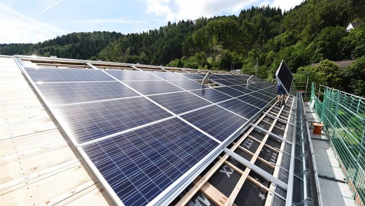 Der Energiedienst bietet Photovoltaikanlagen an, baut diese ein und übernimmt die Wartung.