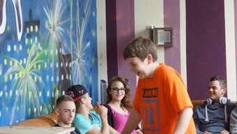 Die Jugendlichen fühlen sich offenbar wohl im Jugendtreff. Im Hintergrund die Wände, die sie selbst bemalt haben. kob