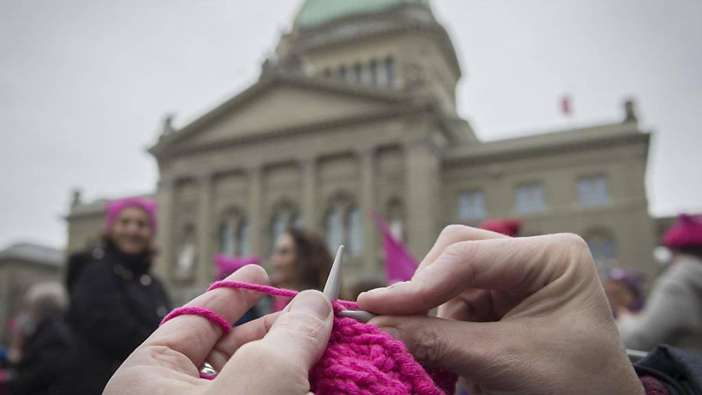 Mit dem Stricken von pinkfarbenen Mützen im und vor dem Bundeshaus standen am Weltfrauentag zahlreiche Menschen für die Gleichstellung von Frauen ein.