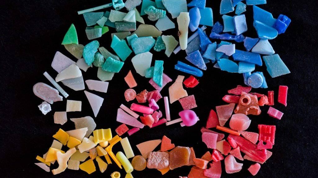 Über 5000 Tonnen Plastik gelangen jährlich in die Schweizer Böden und Gewässer. Die Böden sind weit stärker belastet als das Wasser, wie die Empa schreibt.