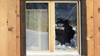 Spuren der Schüsse in Daillon VS. Ein Mann, der 2013 im Dorf um sich geschossen hat, wird vom Gericht als unzurechnungsfähig erklärt und muss in eine Therapie. (Archivbild)