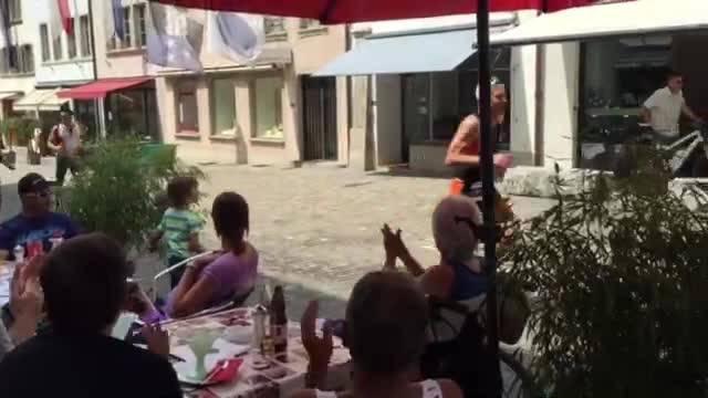 Hier laufen die Gigathleten durch die Lenzburger Altstadt