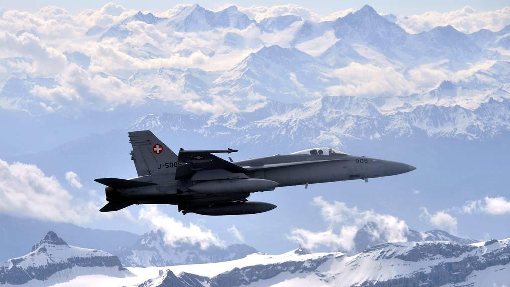 F-18-Kampfjets trainieren über Luzern