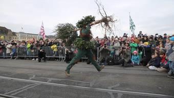 Der «Vogel Gryff» zieht am Mittwoch Kleinbasel in seinen Bann. Die Schildhalter der drei Ehrengesellschaften «zum Greifen», «zum Rebhaus» und «zur Hären», der «Vogel Gryff», der «Leu» und der «Wild Maa» tanzen ihre traditionellen Tänze.
