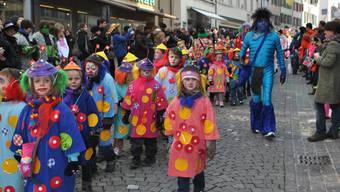 Die lokalen Kindergärtler zogen als herzige «Miniclowns» durch die Bremgarter Marktgasse.