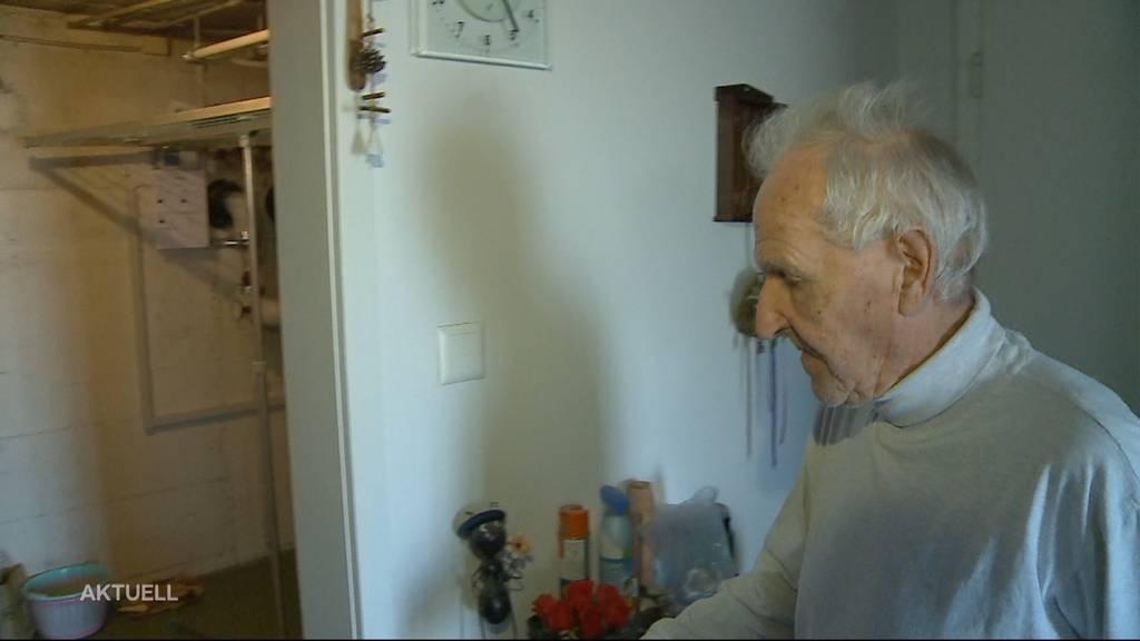 Ein Rentnerehepaar wird von einem falschen Pöstler und zwei Komplizen überfallen