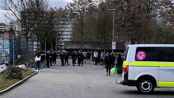 Mit einem Grossaufgebot rückte die Polizei am Samstag auf, als die Meldung über eine Massenschlägerei in Spreitenbach einging. (Leserreporter/20 Minuten)