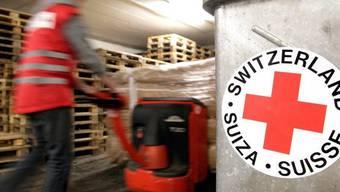 Ein Mitarbeiter des Schweizerischen Roten Kreuzes bei der Arbeit (Symbolbild)