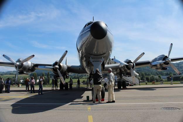 Das Flugzeug hat vier Propellertriebwerke.