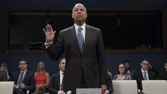 Jeh Johnson legt seinen Eid ab bevor er vor dem Senatsausschuss aussagt