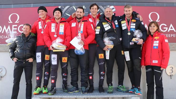 Das Podest der Schweizer Meisterschaft im Zweierbob (von links): Platz zwei für Michael Kuonen und Marco Dörig, die neuen Schweizer Meister Simon Friedli und Gregory Jones und das Duo Pius Meyerhand und Cyril Bieri.
