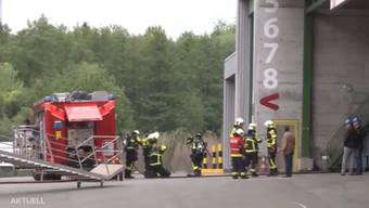 Heute Morgen kam es zu einem hitzigen Zwischenfall. Das Grossaufgebot der Feuerwehr konnte mit Hilfe einer Sprinkleranlage die Flammen löschen.