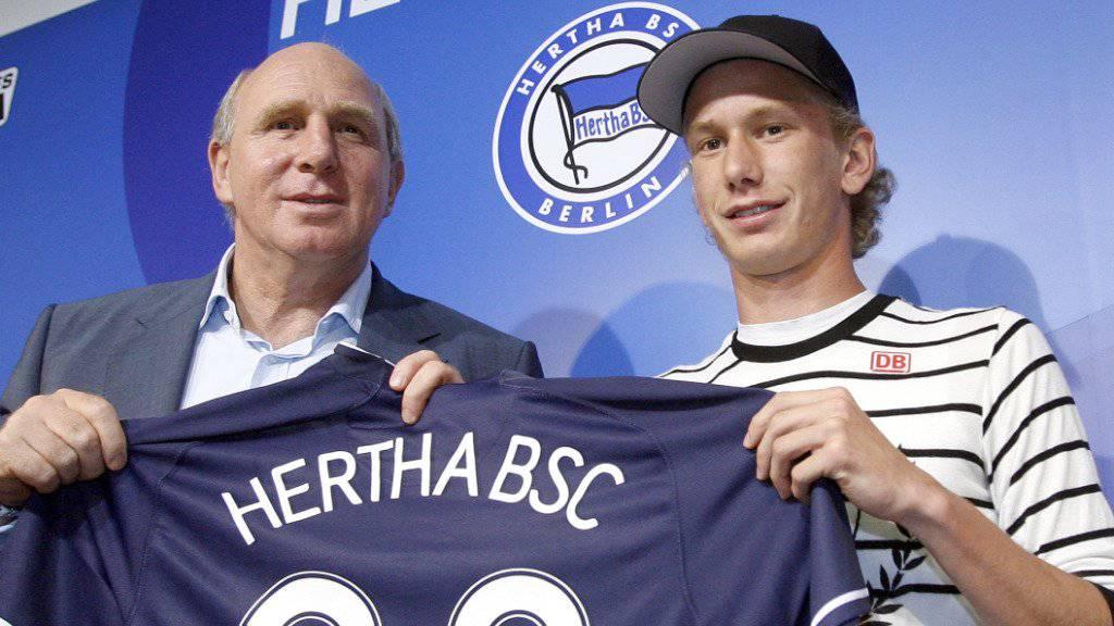 Fabian Lustenberger bei der Präsentation am 10. August 2007 in Berlin mit dem damaligen Hertha-Manager Dieter Hoeness. «Lusti» wechselte vom FC Luzern in die deutsche Hauptstadt
