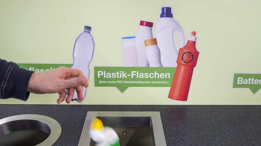 Recyclingstation für Plastikflaschen im Detailhandel: Das Parlament will, dass der Bundesrat getrennte Sammlungen von hochwertigen Kunststoffen vorschreibt. (Archivbild)