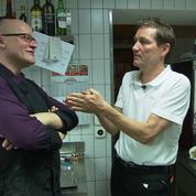 Bumann gibt Stefan in der Küche Tipps und Anweisungen.